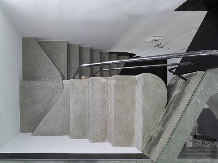 Reforma de apartamento en dos plantas, A Estrada, Pontevedra: Pasillos y vestíbulos de estilo  de Ameneiros Rey | HH arquitectos