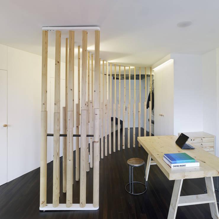 Reforma de apartamento en dos plantas, A Estrada, Pontevedra: Estudios y despachos de estilo  de Ameneiros Rey | HH arquitectos