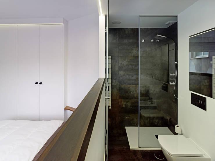 Reforma de apartamento en dos plantas, A Estrada, Pontevedra: Baños de estilo minimalista de Ameneiros Rey | HH arquitectos