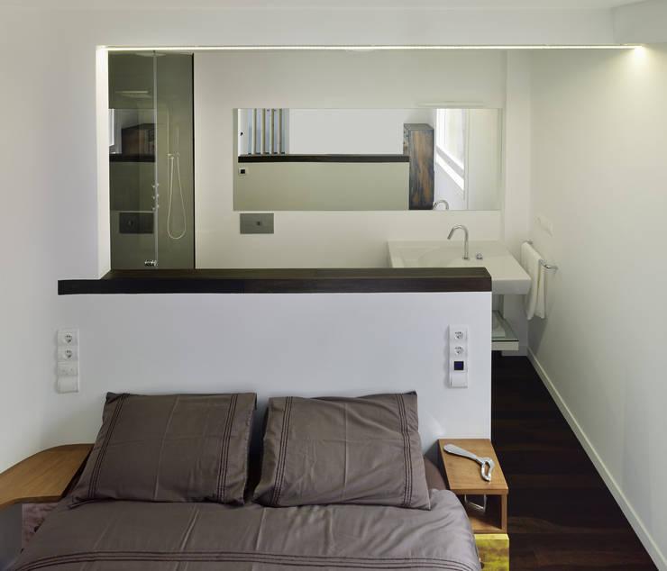 Reforma de apartamento en dos plantas, A Estrada, Pontevedra: Dormitorios de estilo minimalista de Ameneiros Rey | HH arquitectos