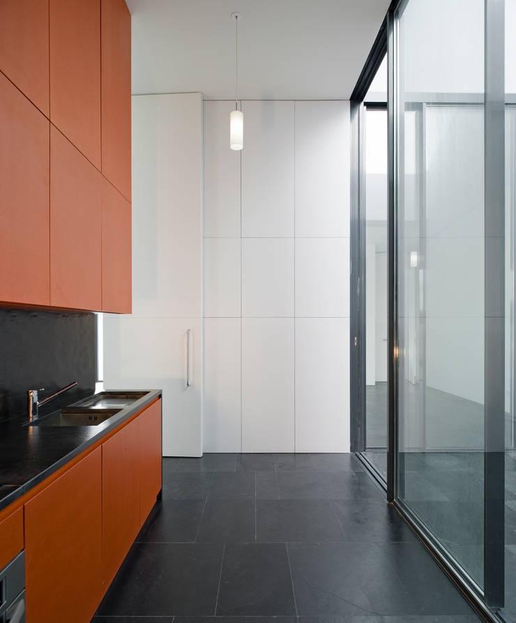 Casa Jarego: Cozinhas  por CVDB Arquitectos