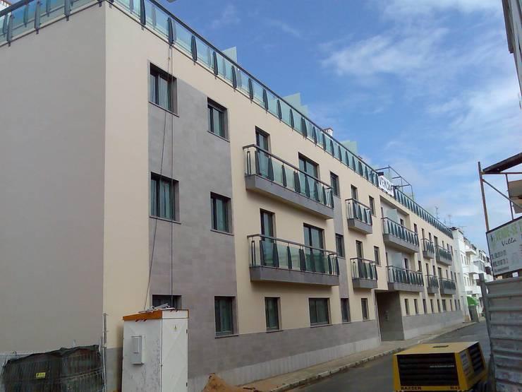 Prédio Habitacional: Casas  por Autovidreira,Clássico