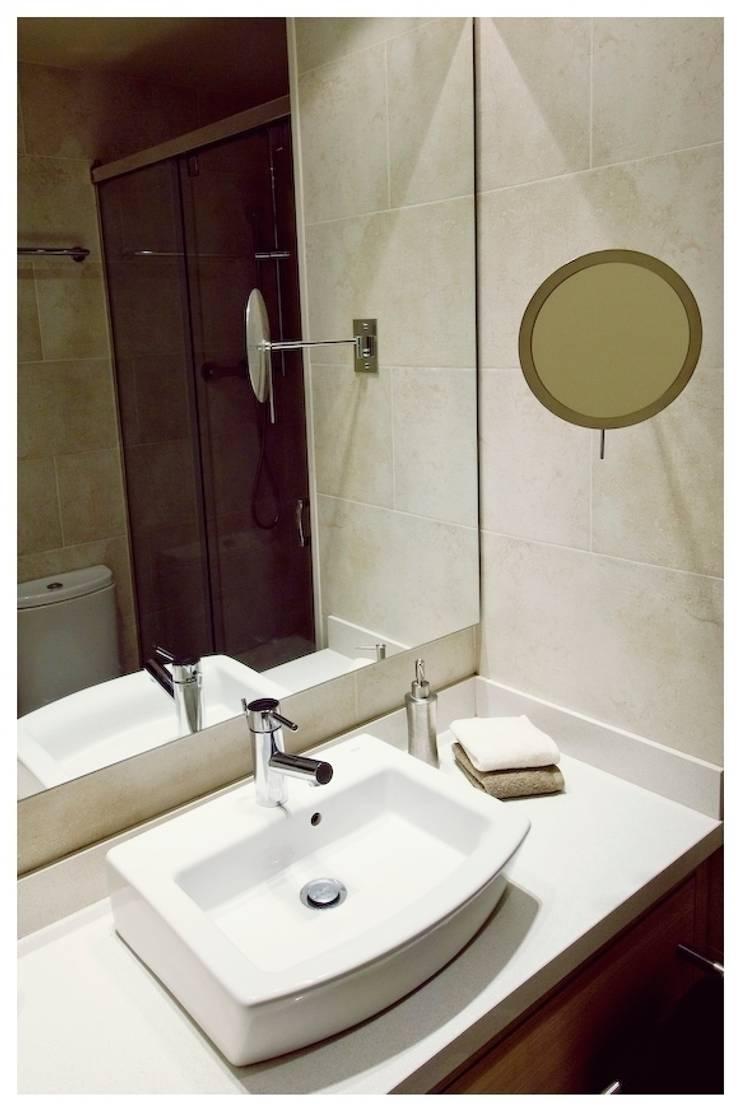 Ocre: Baños de estilo  de Cardellach Interior & Events
