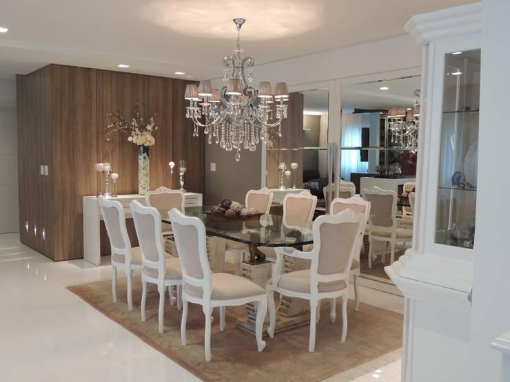 Comedores de estilo clásico por Roesler e Kredens Arquitetura