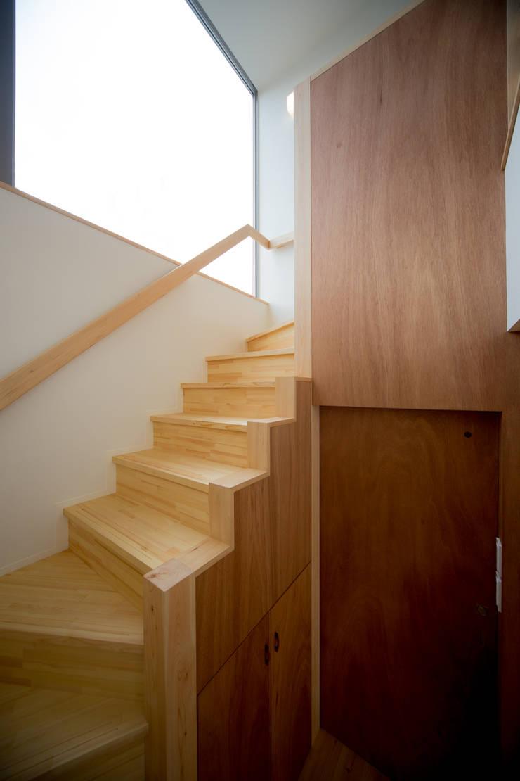 階段室: 一級建築士事務所 想建築工房が手掛けた廊下 & 玄関です。