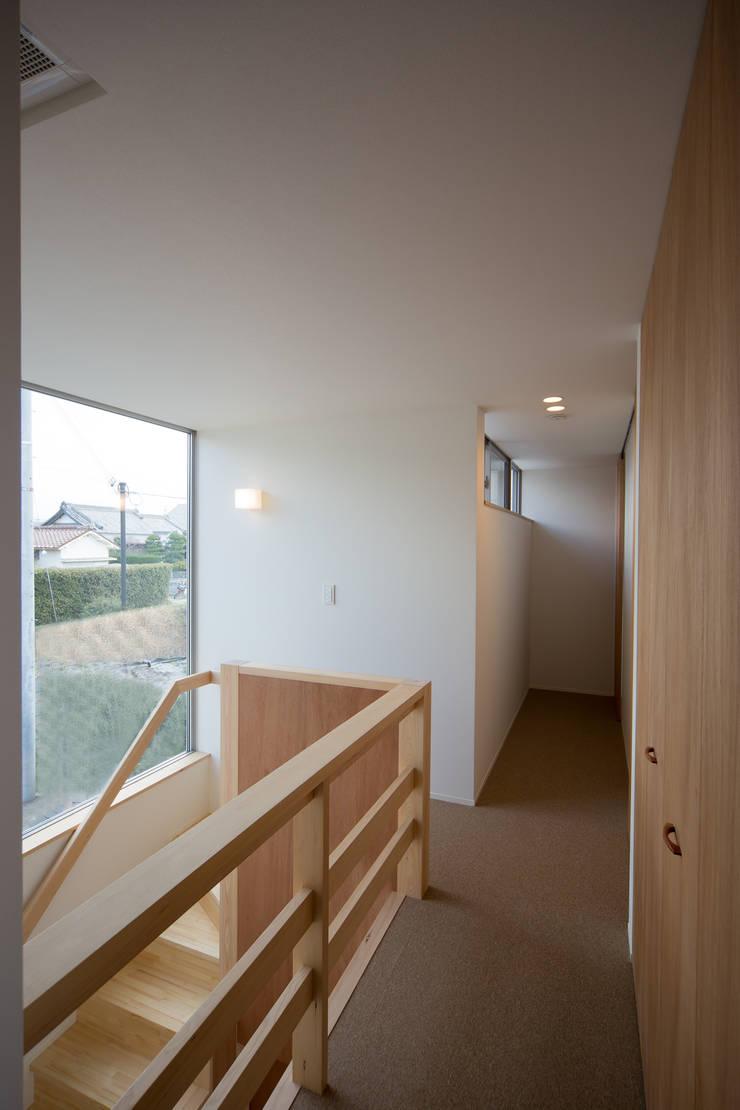2階廊下: 一級建築士事務所 想建築工房が手掛けた廊下 & 玄関です。