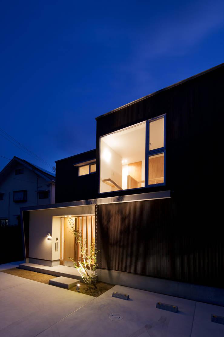 外観-夕景: 一級建築士事務所 想建築工房が手掛けた家です。