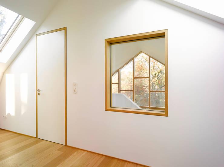 Ausblick Richtung Garten:  Arbeitszimmer von rundzwei Architekten