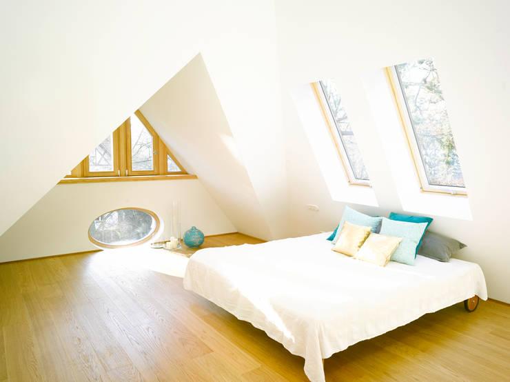 S82 ein modernes Baumhaus:  Schlafzimmer von rundzwei Architekten