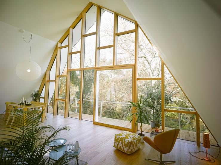 Wohnzimmer mit Balkon:  Wohnzimmer von rundzwei Architekten