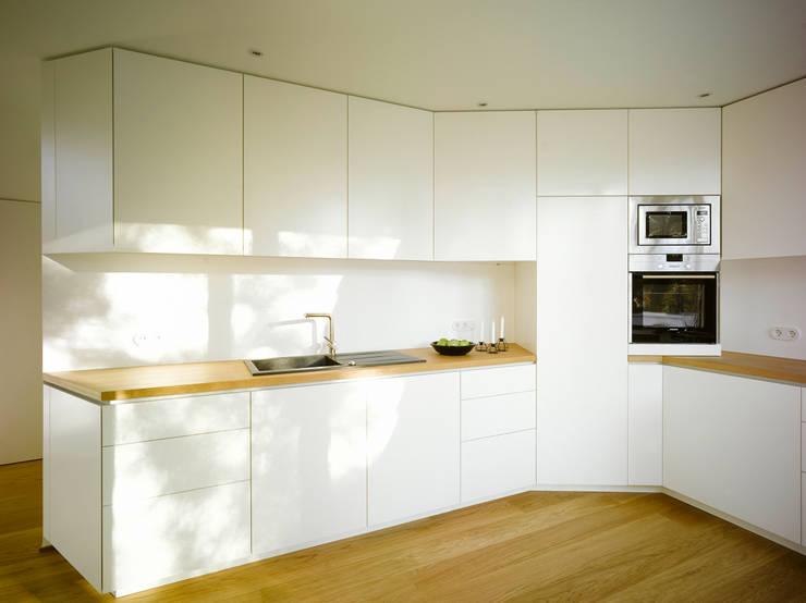 S82 ein modernes Baumhaus:  Küche von rundzwei Architekten
