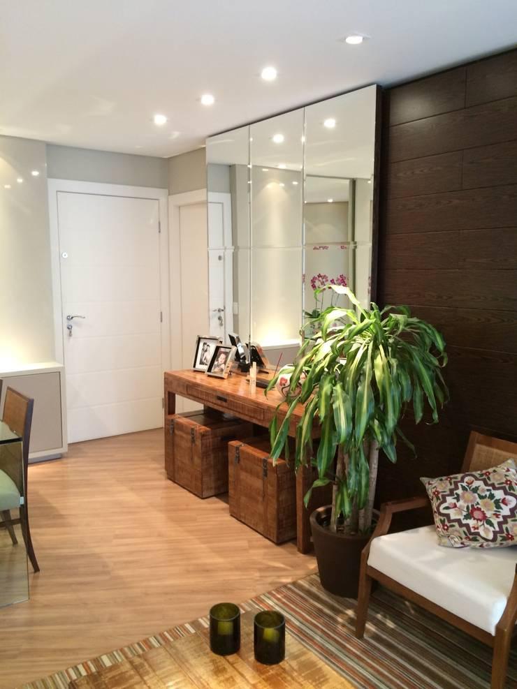 Apartamento CD: Salas de estar  por Roesler e Kredens Arquitetura,