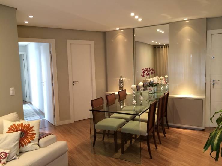 Apartamento CD: Salas de jantar  por Roesler e Kredens Arquitetura,