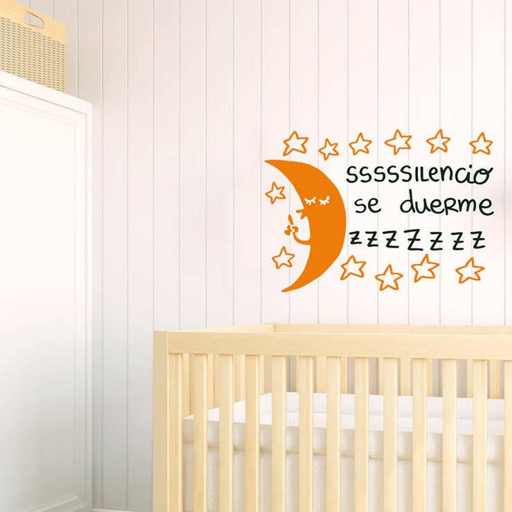 Vinilo decorativo Silencio, se duerme: Habitaciones infantiles de estilo  de Chispum