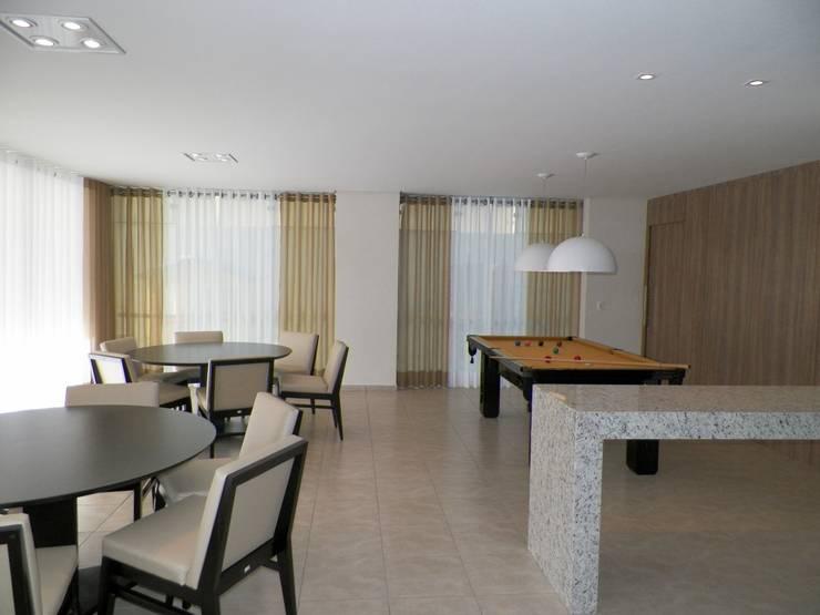 Salão de Jogos Gourmet: Salas multimídia  por Roesler e Kredens Arquitetura