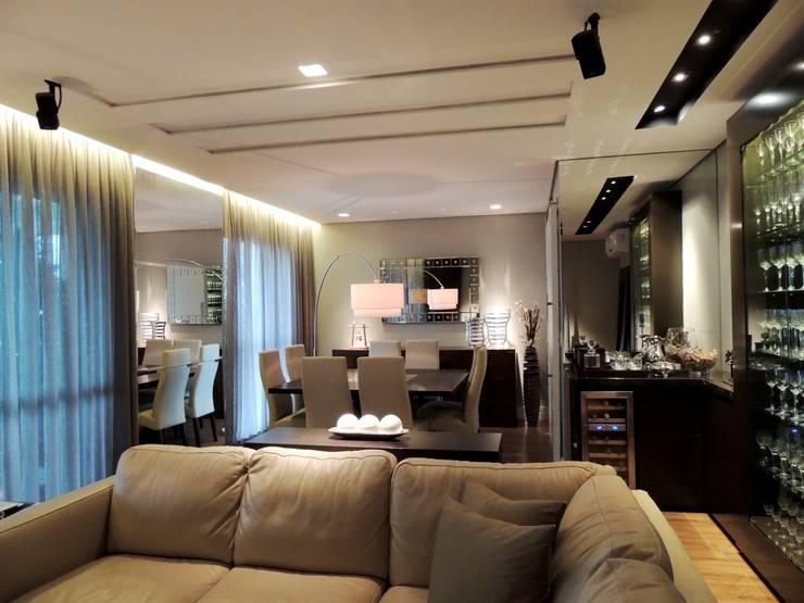 Apartamento RM: Salas de jantar  por Roesler e Kredens Arquitetura