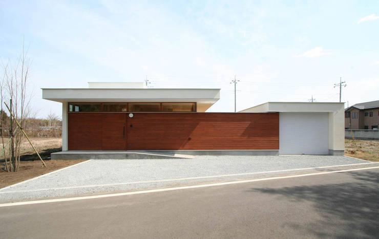 愛車を眺める住まい: STUDIO POHが手掛けた家です。