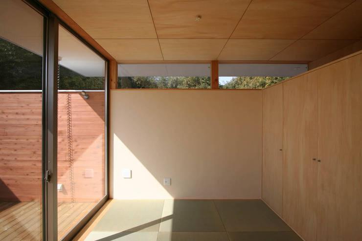 愛車を眺める住まい: STUDIO POHが手掛けた和室です。