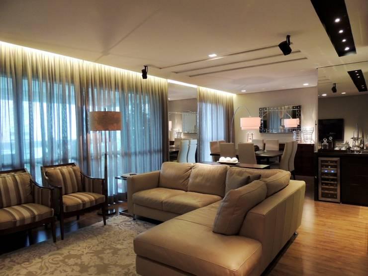 Apartamento RM: Salas de estar  por Roesler e Kredens Arquitetura