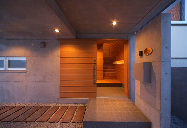 河岸段丘にたつ住まい: STUDIO POHが手掛けた廊下 & 玄関です。