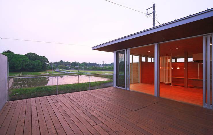 河岸段丘にたつ住まい: STUDIO POHが手掛けたテラス・ベランダです。