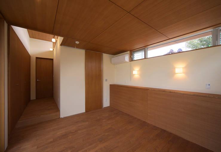 河岸段丘にたつ住まい: STUDIO POHが手掛けた寝室です。