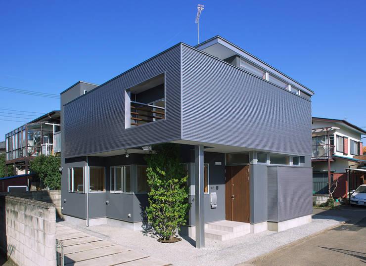 2階に緑のある都市型住居: STUDIO POHが手掛けた家です。,モダン