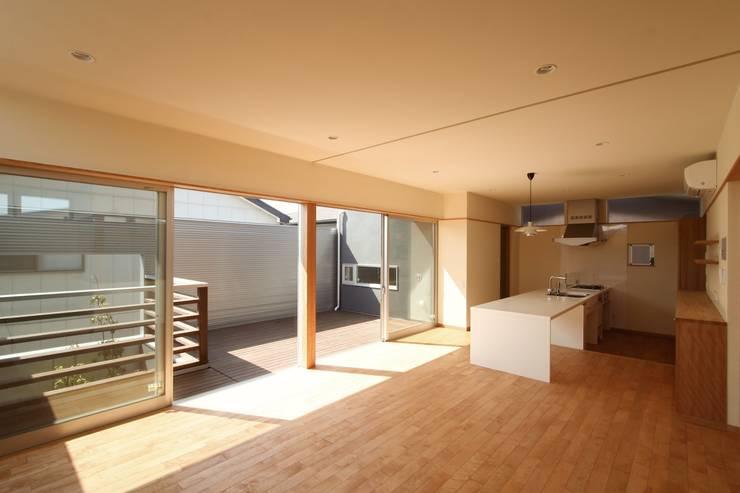2階に緑のある都市型住居: STUDIO POHが手掛けたリビングです。,モダン