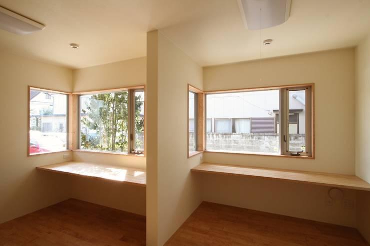 2階に緑のある都市型住居: STUDIO POHが手掛けた書斎です。,モダン