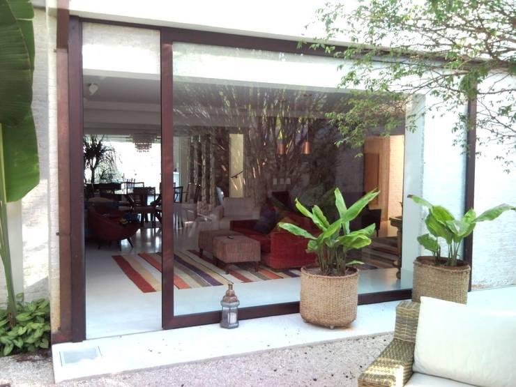 CASA EM SÃO PAULO: Salas de estar  por Kika Prata Arquitetura e Interiores.