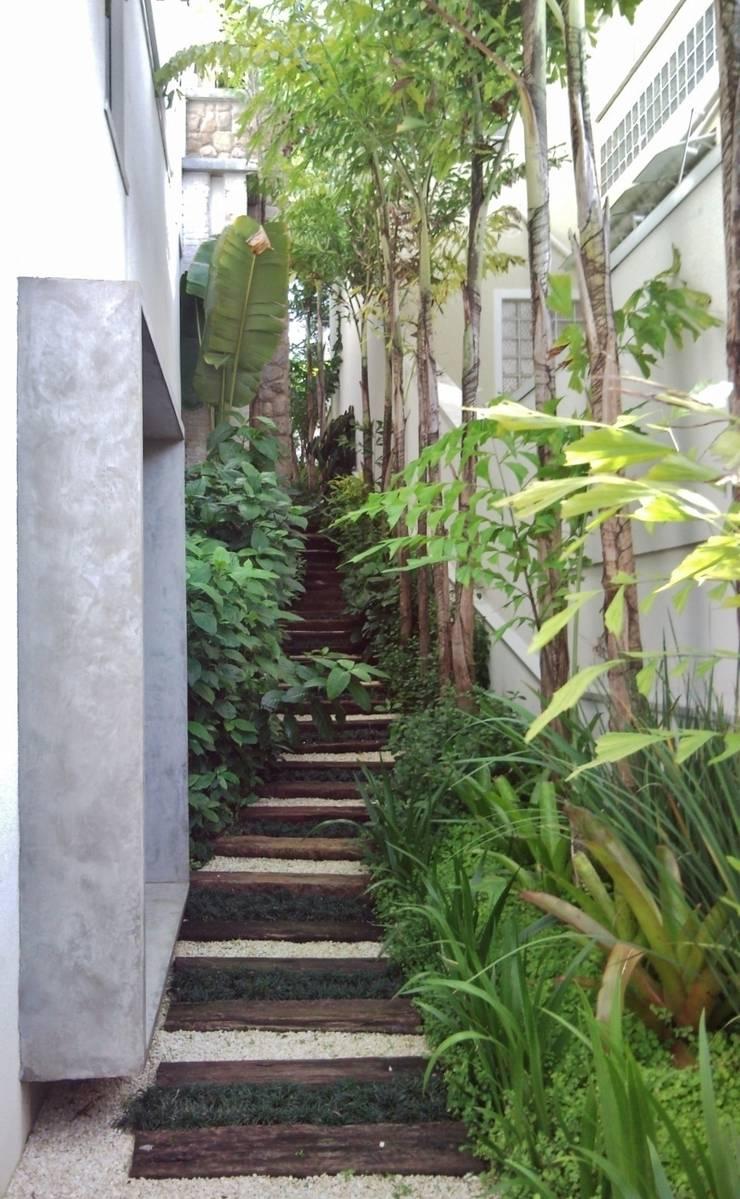 CASA EM SÃO PAULO: Casas  por Kika Prata Arquitetura e Interiores.