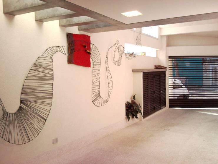 CASA EM SÃO PAULO: Garagens e edículas minimalistas por Kika Prata Arquitetura e Interiores.