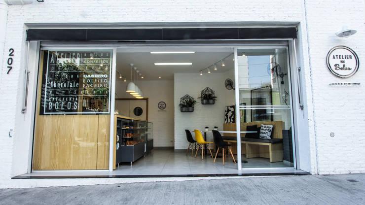 Atelier dos Bolos – Loja Santa Cecília: Espaços gastronômicos  por SP Estudio