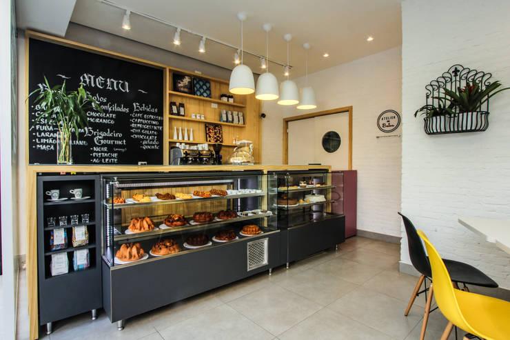 Atelier dos Bolos - Loja Santa Cecília: Espaços gastronômicos  por SP Estudio