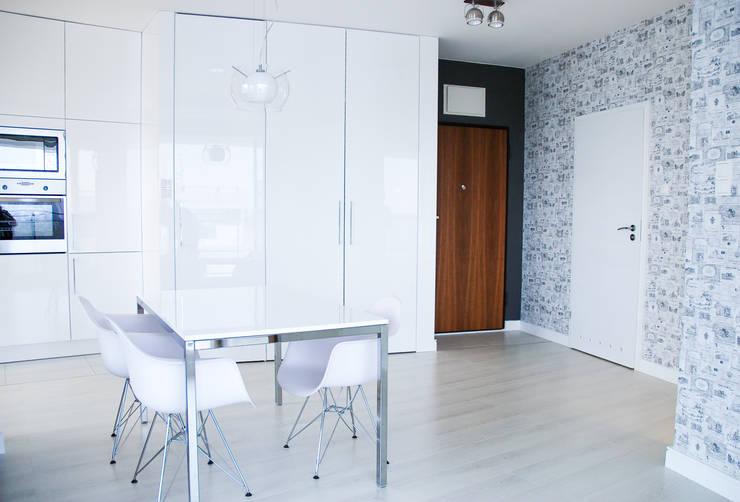 APARTAMENT NA SASKIEJ KĘPIE: styl , w kategorii Jadalnia zaprojektowany przez YNOX Architektura Wnętrz