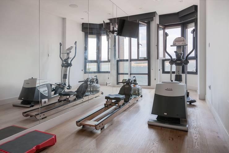 ÁTICO CON VISTAS: Gimnasios domésticos de estilo minimalista de SILVIA REGUERA INTERIORISMO