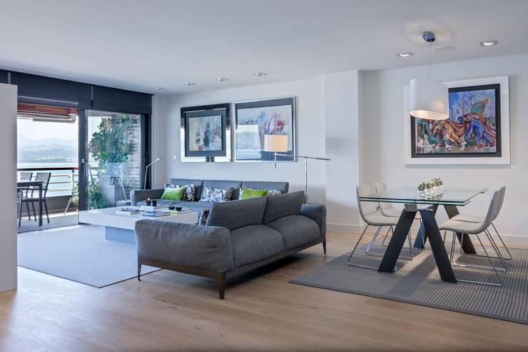 minimalistic Living room by SILVIA REGUERA INTERIORISMO