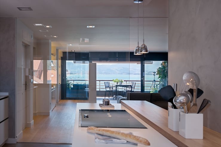 ÁTICO CON VISTAS: Cocinas de estilo minimalista de SILVIA REGUERA INTERIORISMO