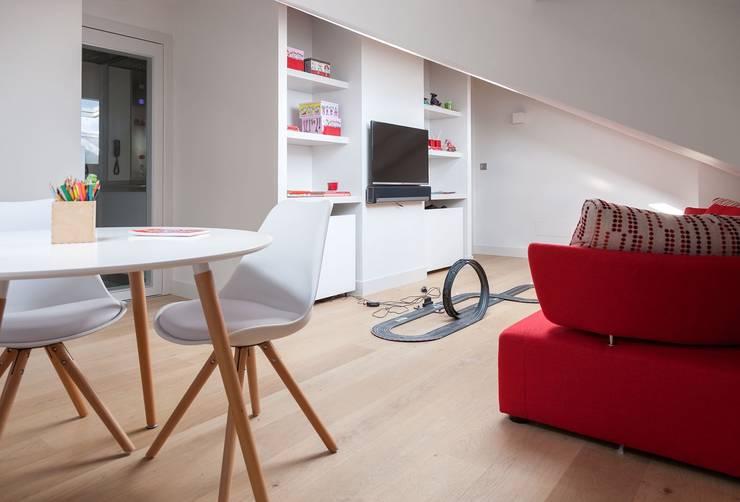 ÁTICO CON VISTAS: Dormitorios infantiles de estilo minimalista de SILVIA REGUERA INTERIORISMO