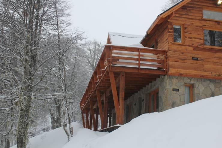 Cabaña Las Pendientes – Patagonia Argentina: Casas de estilo  por Aguirre Arquitectura Patagonica