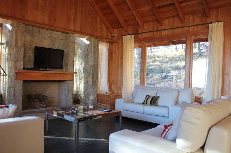 Cabaña Las Pendientes - Patagonia Argentina: Livings de estilo clásico por Aguirre Arquitectura Patagonica