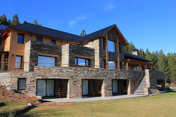 Casa Chapelco Golf and Resort - Patagonia Argentina: Casas de estilo  por Aguirre Arquitectura Patagonica