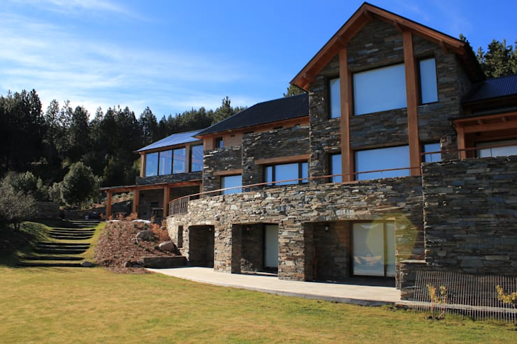 Casa Chapelco Golf and Resort – Patagonia Argentina: Casas de estilo  por Aguirre Arquitectura Patagonica