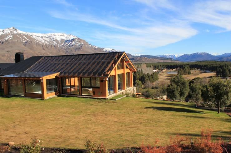 Casa Chapelco Golf and Resort - Patagonia Argentina: Spa de estilo  por Aguirre Arquitectura Patagonica