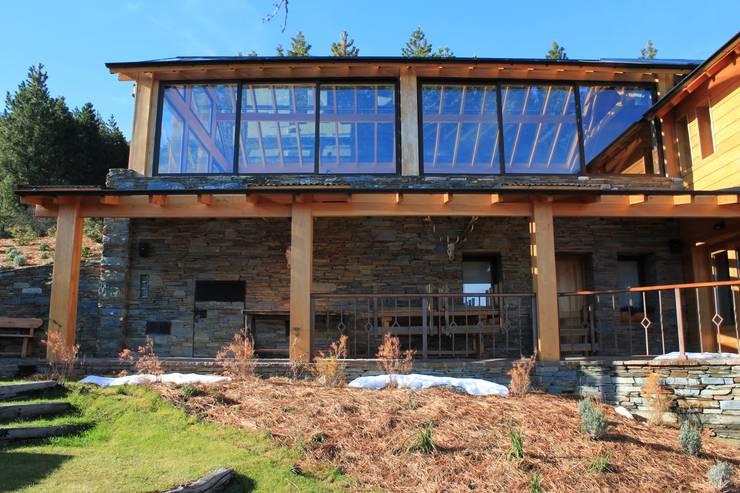 Casa Chapelco Golf and Resort – Patagonia Argentina: Piletas de estilo  por Aguirre Arquitectura Patagonica