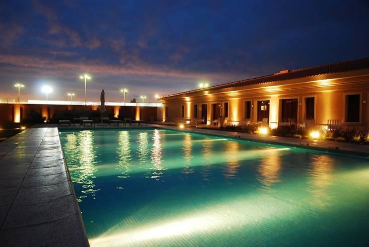 Piscina nocturnas: Hoteles de estilo  por PARQUEARTE  Piscinas como iconos de diseño.