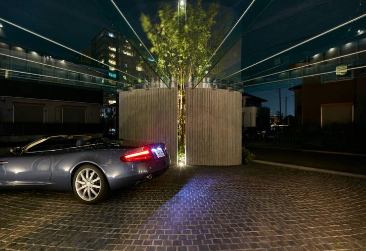 車寄せ夜景: Mアーキテクツ|高級邸宅 豪邸 注文住宅 別荘建築 LUXURY HOUSES | M-architectsが手掛けた家です。