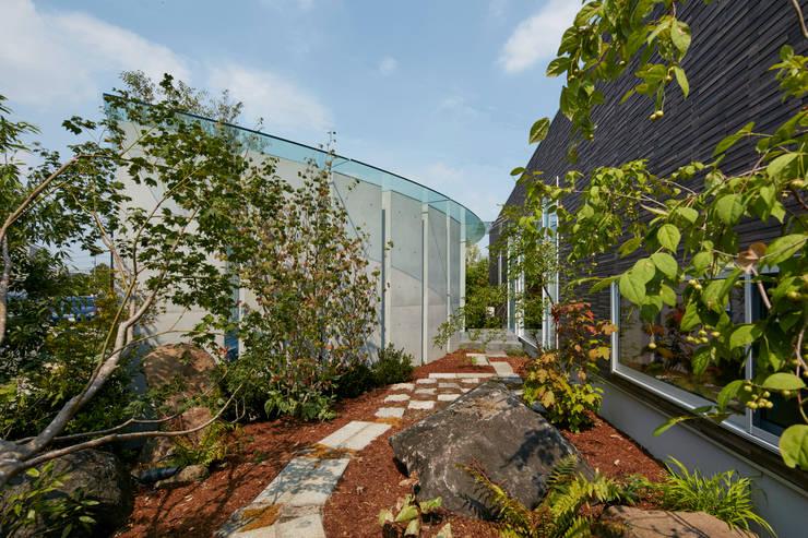 日本庭園: Mアーキテクツ|高級邸宅 豪邸 注文住宅 別荘建築 LUXURY HOUSES | M-architectsが手掛けた庭です。