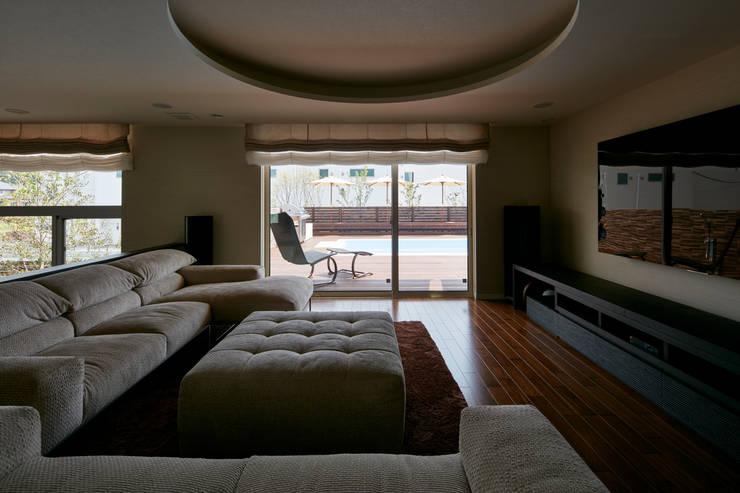リビング: Mアーキテクツ|高級邸宅 豪邸 注文住宅 別荘建築 LUXURY HOUSES | M-architectsが手掛けたリビングです。
