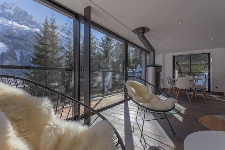 Dag Chamonix: Salon de style  par Chevallier Architectes